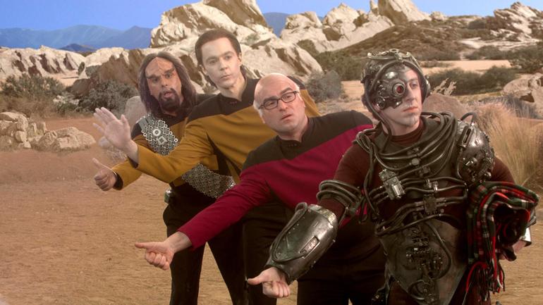 Convention'a giderken arabayla birlikte tüm eşyalarını da çaldıran, Star Trek: The Next Generation cosplayi yapan kafadarlar.