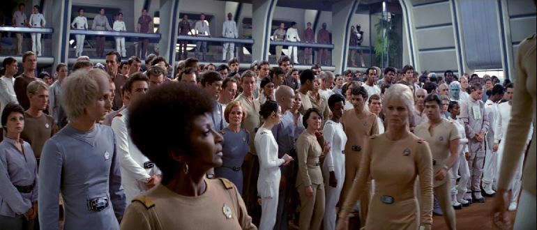 Enterprise mürettebatı ve pijamayı andıran üniformaları.