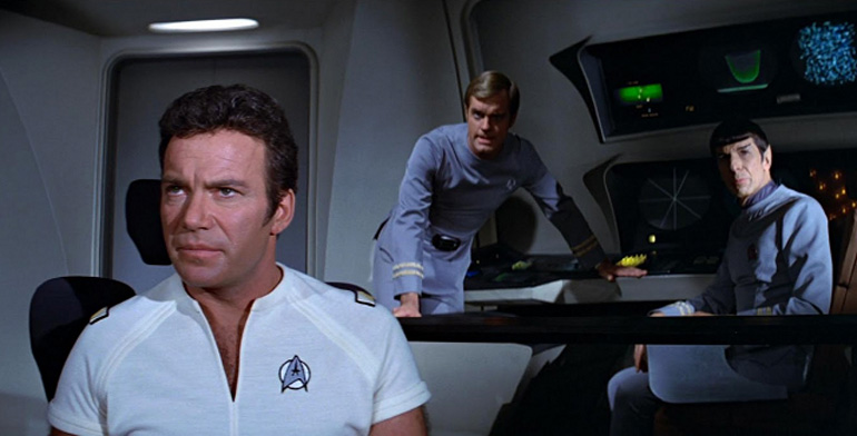 Decker, Kirk'e sorun çıkarmakla meşgul.