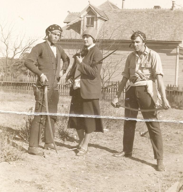 1920'lerde cosplay :-) Howard, iki komşusuyla korsan kılığına girmişken.