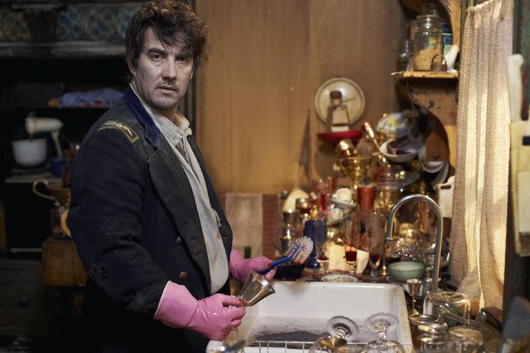 """50 yıldır başından savdığı bulaşık sırasını, """"vampirler bulaşık mı yıkar arkadaş!"""" sitemleri ile zoraki olarak kabullenen Deacon (Jonathan Brugh)"""