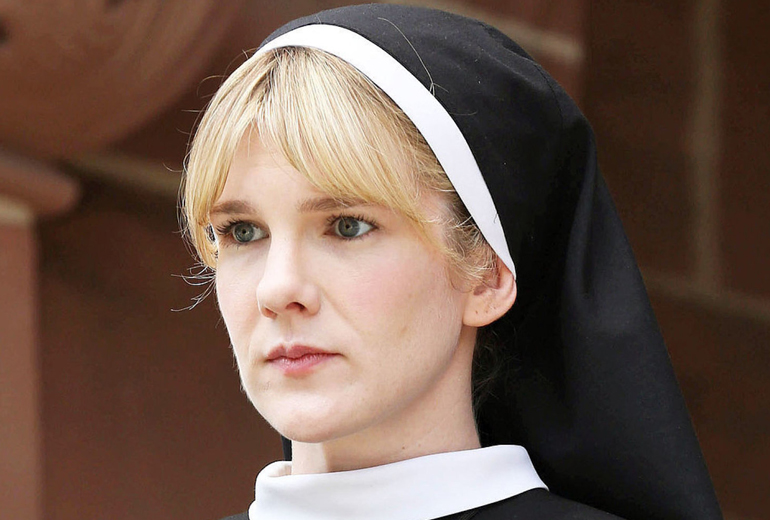 Sister Mary Eunice rolünde Lily Rabe. Harika oynuyor.