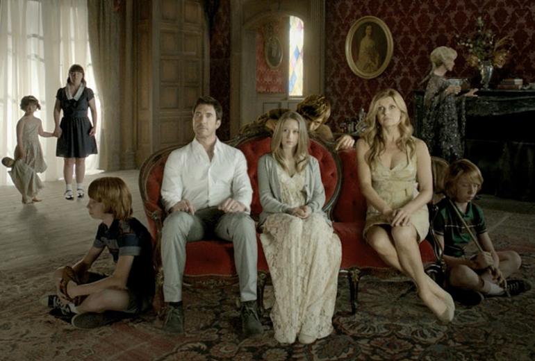 Addy, Ben, Violet, iki yanlarında ikizler ve Constance.
