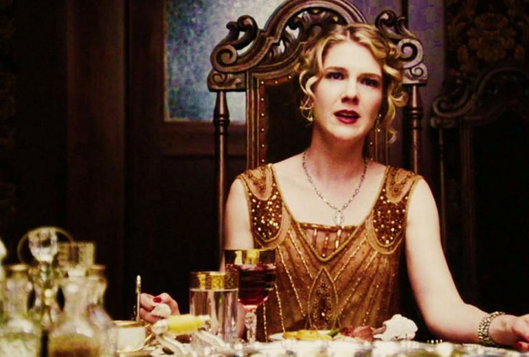 Doyumsuz sosyete kelebeği Nora Montgomery rolünde Lily Rabe.