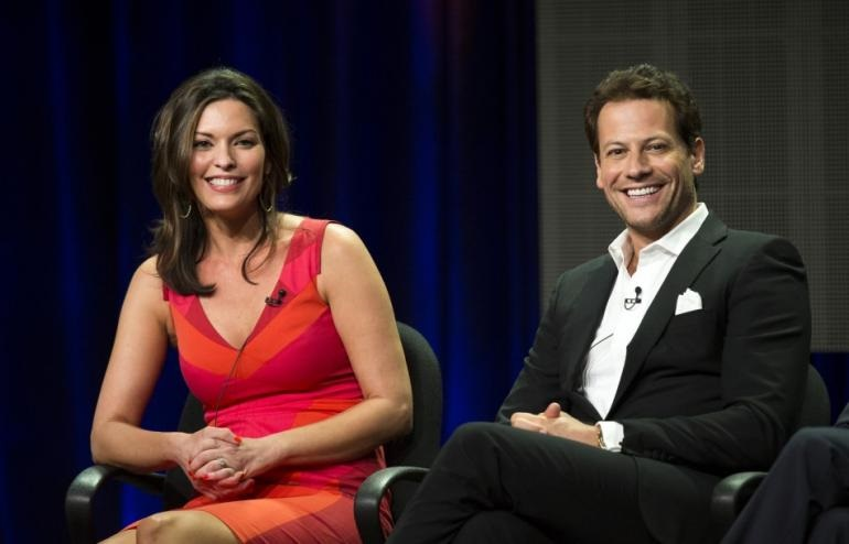 451712-cast-members-ioan-gruffudd-and-alana-de-la-garza-attend-a-panel-for-th
