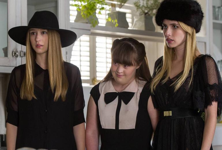 Zoe, Nan ve Madison. Madison'u oynayan Emma Roberts'in Evan Peters'in kız arkadaşı olduğunu not düşelim.