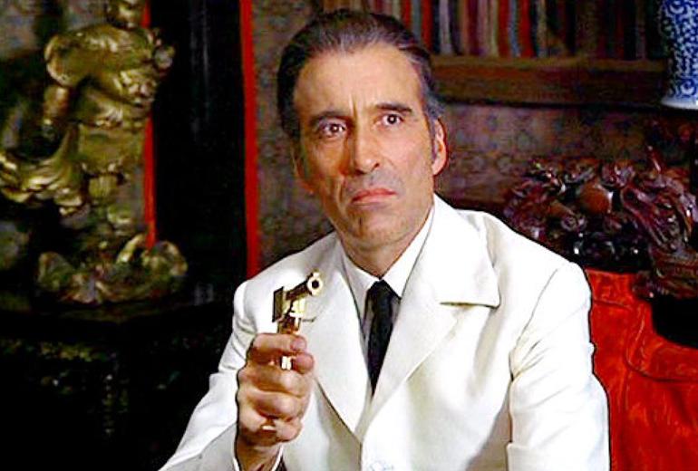 En bilinen rollerinden, suikastçi Scaramanga.