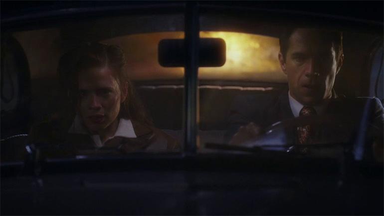 Peggy Carter ve Edvin Jarvis söz konusu patlamadan kaçarken