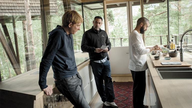 Yönetmen Alex Garland, oyuncularıyla birlikte