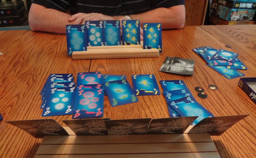 2-5 kişi oynanabilen Hanabi'nin çok sayıda farklı versiyonu üretilmiş.