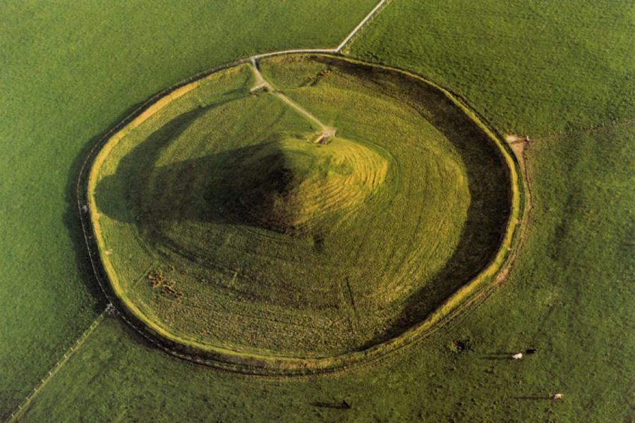 Maeshowe, peri evlerine esin kaynağı olabileceğini düşündüğüm geçit mezarlara güzel bir örnektir.