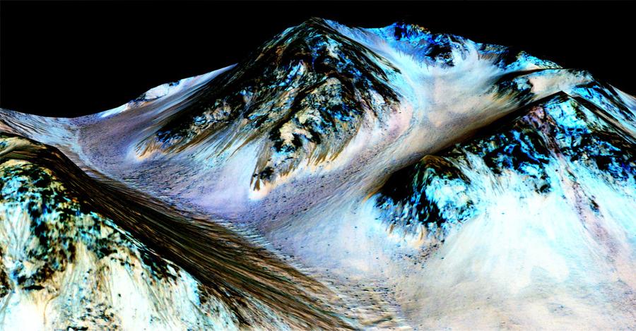 Bu karanlık, dar, 100 metre uzunluğundaki çizgilere tekrar eden yokuş çizgileri denir ve Mars'ın yüzeyindeki yokularda bıraktıkları izlerden dolayı akarsulardan kaynaklandıkları anlamına geliyor. Yakın zamanlarda bilimadamları Hale kraterindeki bu yokuşlarda tuz kalıntıları bulmuşlar, bu da çizgilerin akarsulardan meydana geldiği hipotezini güçlendiriyor. Mavi renkli çizgiler pyroxene isimli mineralden kaynaklanıyor.