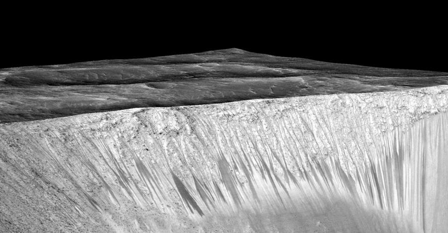 Tekrar eden yokuş çizgileri Mars'ın Garni kraterinin duvarından sızıyor. Bu kara çizgiler birkaç yüz metre uzunluğundalar. Mars'ta bulunan tuzlu su tarafından oluşturulduğu varsayılıyor.