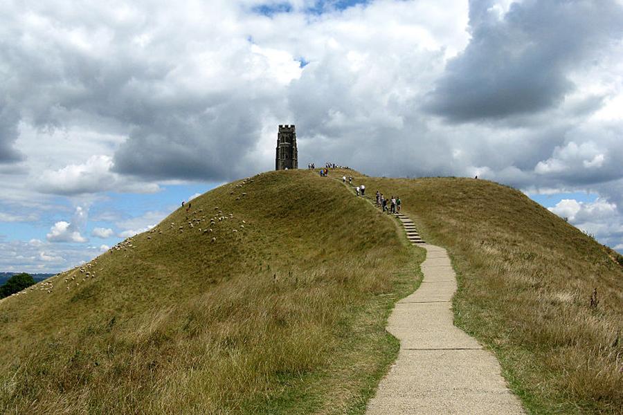 Pek çok gizemciye esin kaynağı olmuş Glastonbury Tor'u.