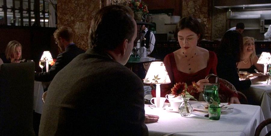 Adil bir hikaye anlatıcısı, sürprizini güm diye gözünüze dayamaz. Önce ustalıklı ipuçları serpiştirir. Ana akım sinema tarihindeki en incelikli ipuçlarından biri olarak Sixth Sense'deki yıl dönümü yemeği sahnesi.