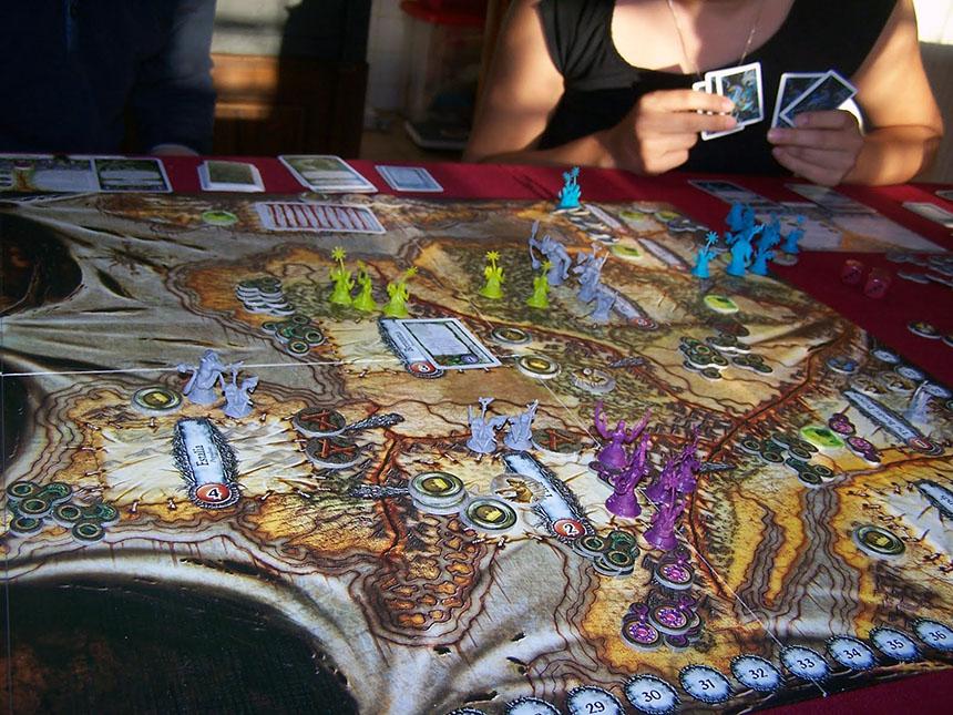Çoğu Fantasy Flight Games oyununda olduğu gibi genişçe bir masa şart.