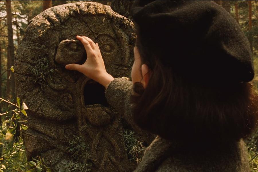 Ophelia, Faun heykelinin kopmuş gözünü yerleştirir; sol göz oluşuna dikkat edin. Solun dişi gücü sembolize ettiğini söylemiştim; yani beynin sol tarafı, mistisizm ve altıncı his. Ophelia gözü yerine taktığında, başka insanların göremeyeceği şeyleri görmeye başlar; bunun ilk örneği hemen gelen peridir.