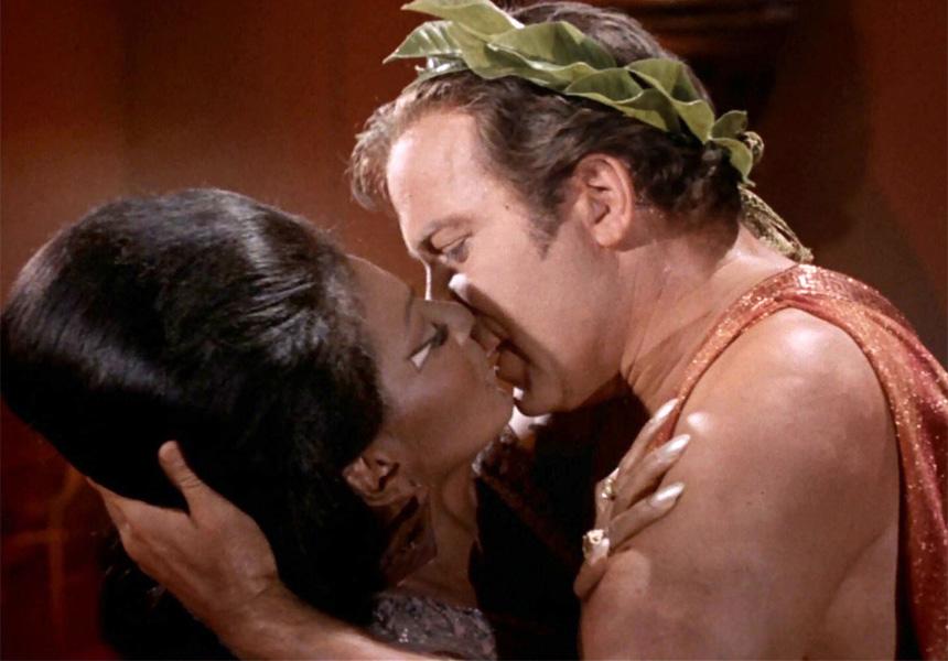 Amerikan televizyonlarındaki ırklararası ilk öpüşme sahnesi. Star Trek: The Original Series - s03e10 (1968)