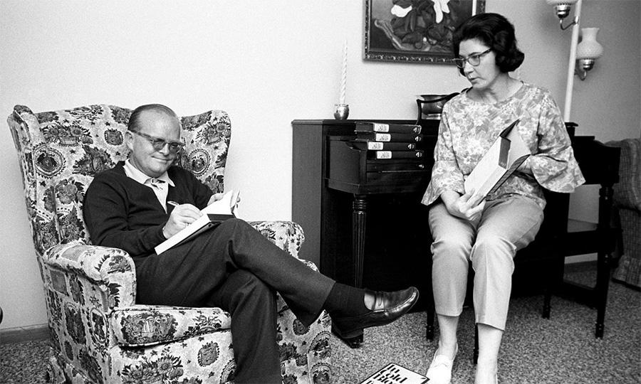 Truman Capote ve Harper Lee, Capote'nin Soğukkanlılıkla eserini imzalarken