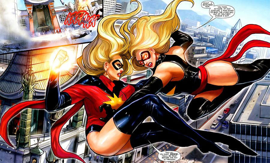 Carol Danvers (sağda), Ms Marvel taklidi yapan Moonstone'la savaşırken.