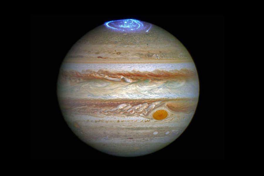 Jüpiter'in manyetosferinden kaynaklanan elektronlar, kutuplarda bizim Aurora Borealis'imize benzeyen muazzam görüntüler oluşturur. Tabii çok daha güçlü, parlak ve bilmem söylememe gerek var mı, elektriklidir. Zeus'un şimşeklerini düşünürsek, insanın türümüzün medyum olduğuna, ya da cidden yıldızlardan kopup geldiğimize ve sandığımızdan çok şey bildiğimize inanası geliyor.